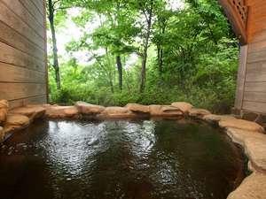 野趣のある石の露天風呂。目の前に広がる那須高原の自然を気軽に貸切でお楽しみください。