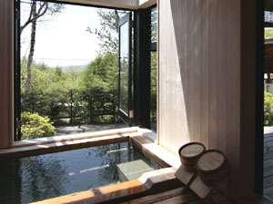 *【離れ展望風呂】天窓や大きな窓を開放すると、より近くに自然が♪全てを占有、贅沢な時間☆