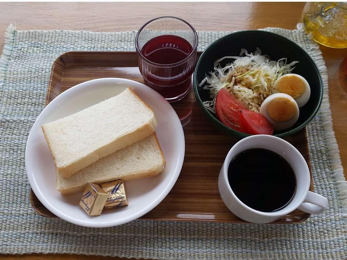 朝食は美味しい手作りパンにコーヒー、フルーツジュースなど♪