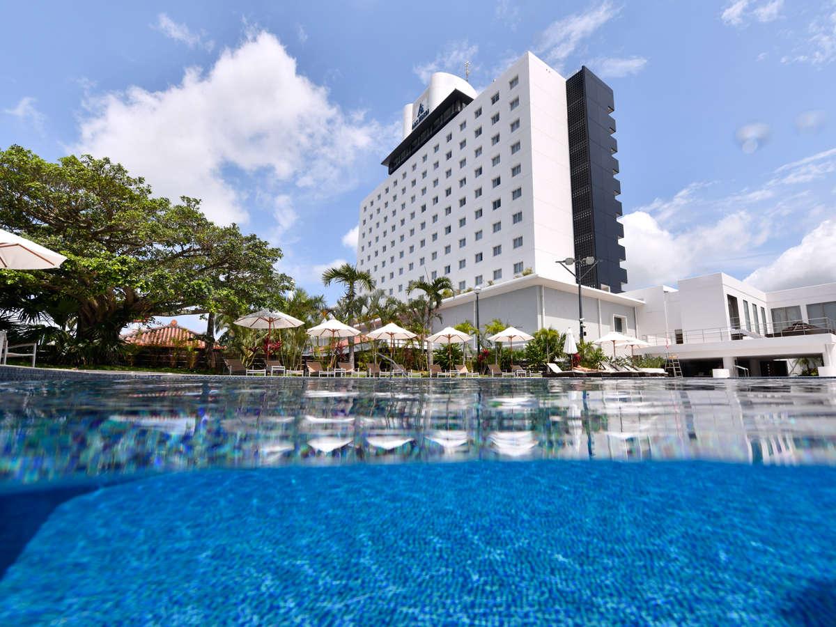 島の高台から空と海を望む、アーバンリゾートホテル
