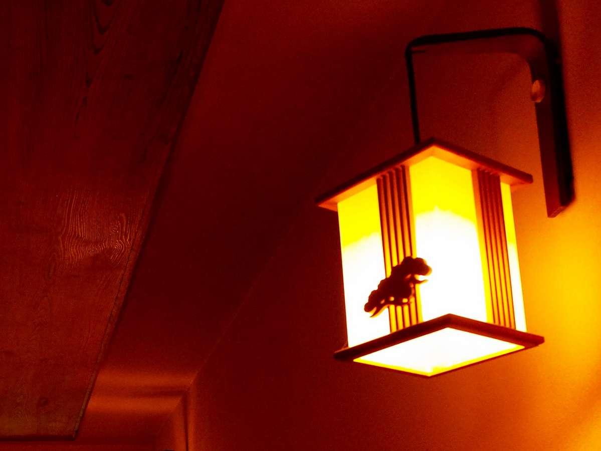 【施設】宿の各所にみられる木細工を施した照明