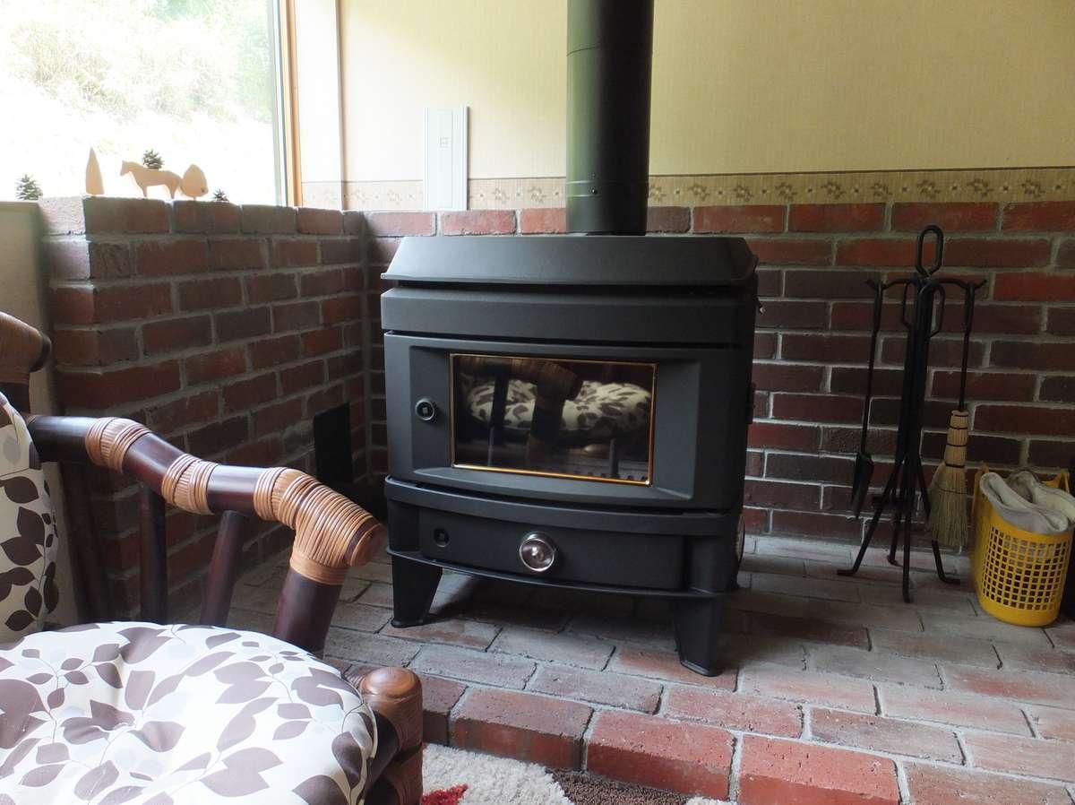 冬季はラウンジの薪ストーブでお暖まりください