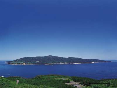 蒼く輝く太平洋と金華山の全景です