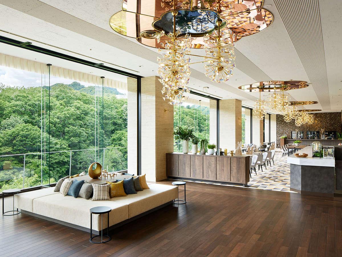 【ティーラウンジ】<本館ロビー階>豊平川を眺めながら、コーヒーやケーキを優雅にお楽しみいただけます。