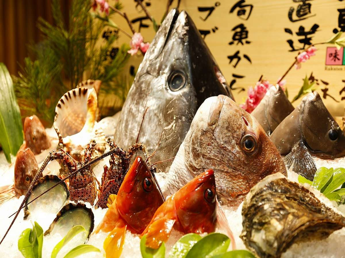 三重県下一の魚種を誇る地元漁港で水揚げされた魚が並ぶレストラン。漁港直送の宿だからこその魅力です。