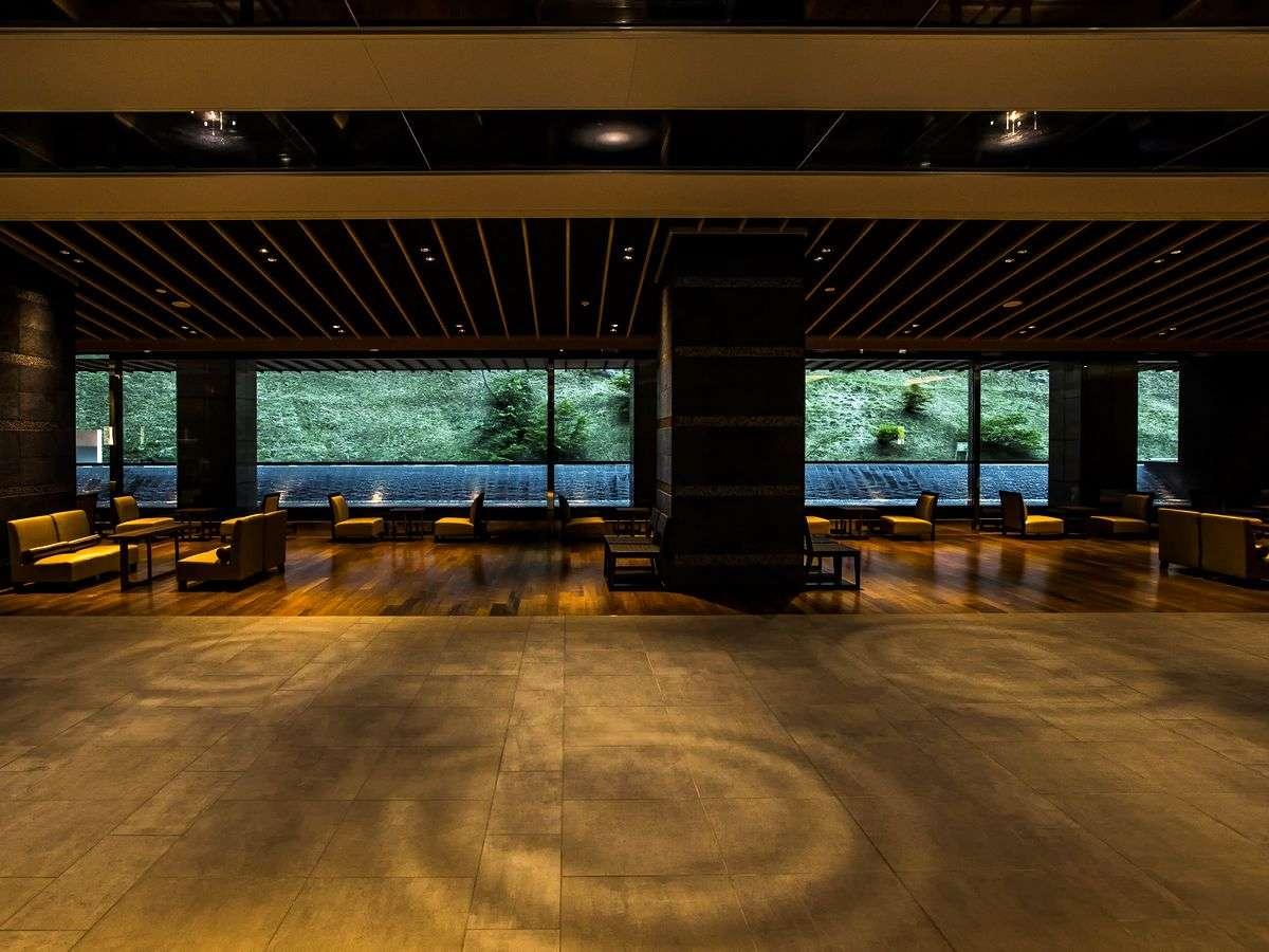 【エントランス】柔らかな照明が落ち着きと安らぎの空間を演出します。