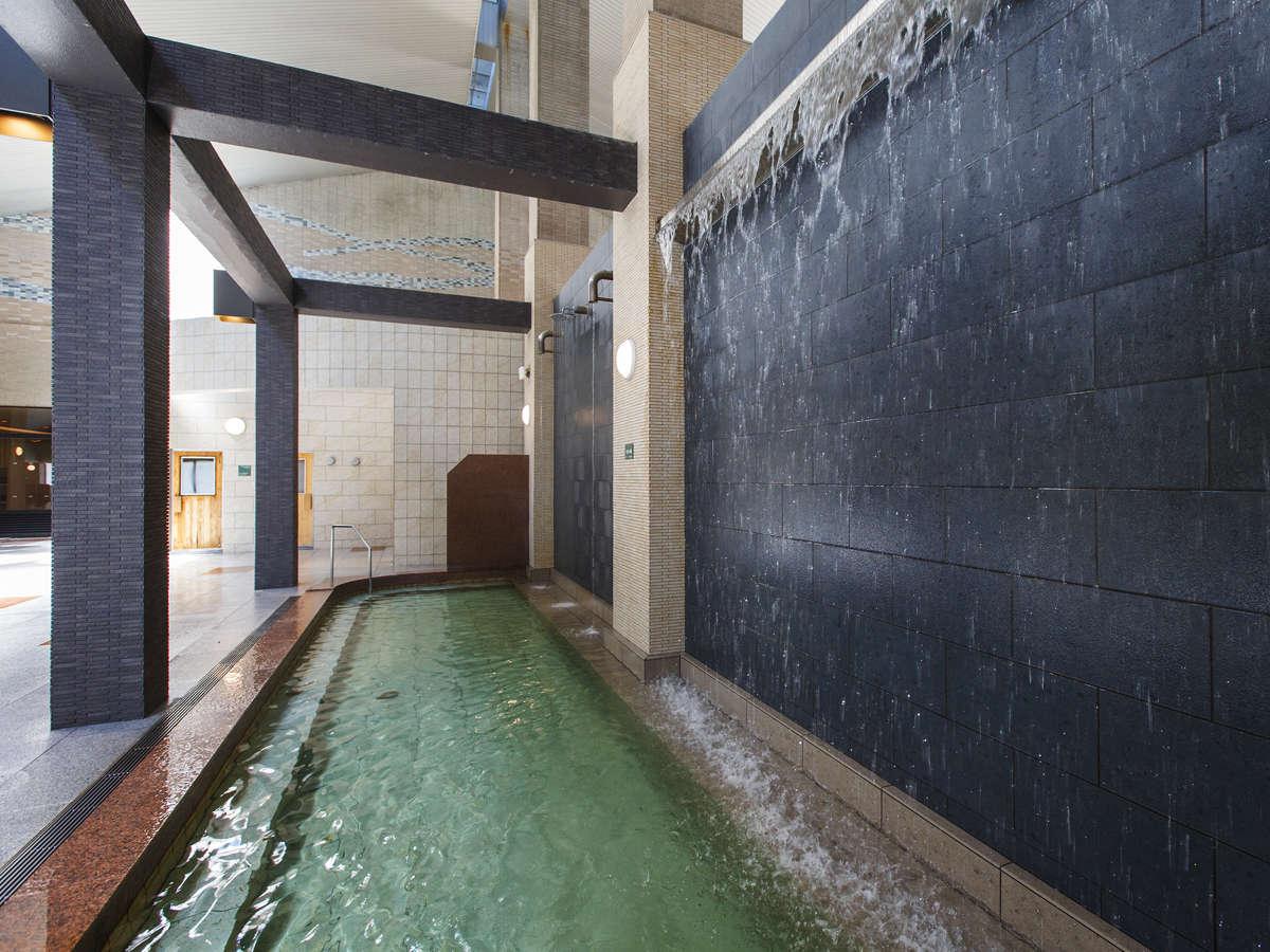 【大浴場DAI-NO-JI】打たせ湯、檜風呂、泡風呂など大小様々な浴槽がございます。