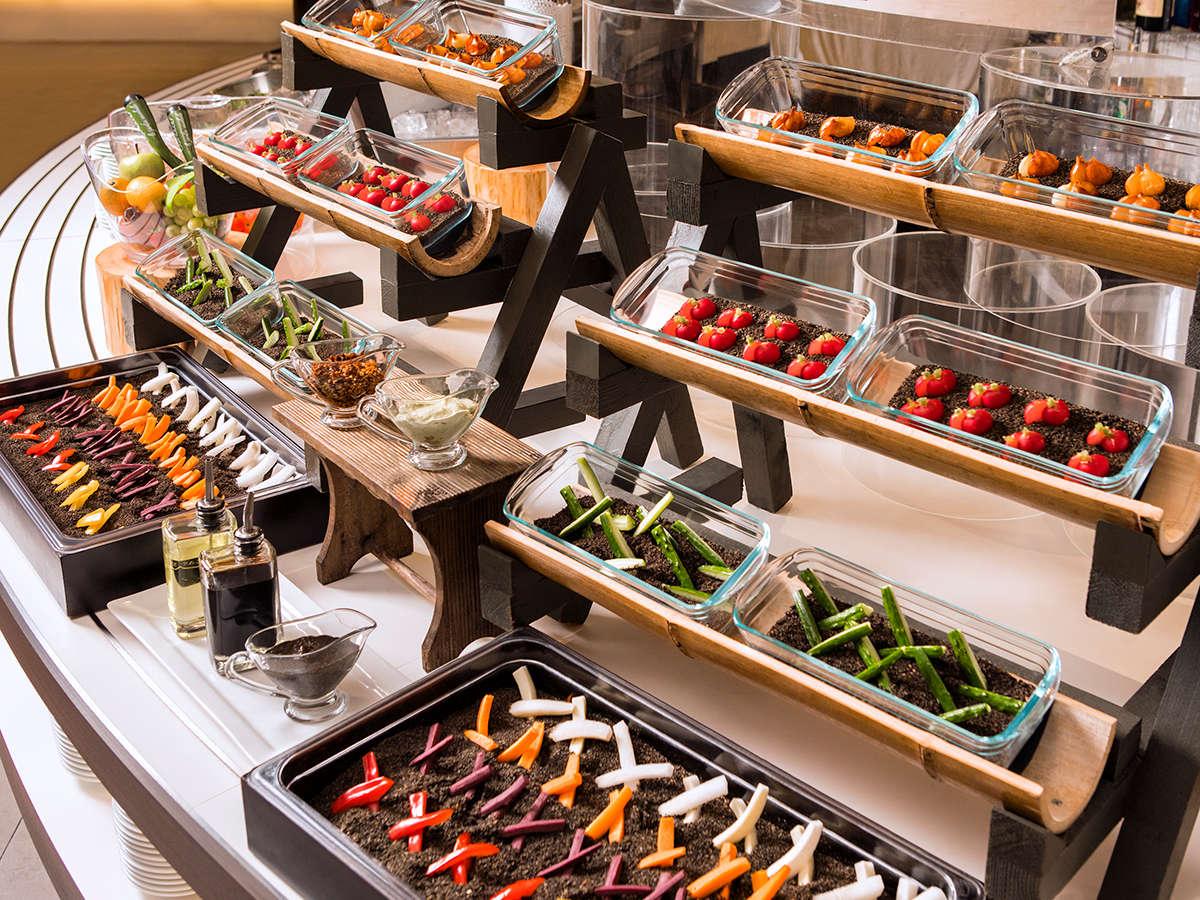 【夕食ブッフェ一例】畑コーナーでは、新鮮を野菜をたっぷりとお楽しみ下さい。