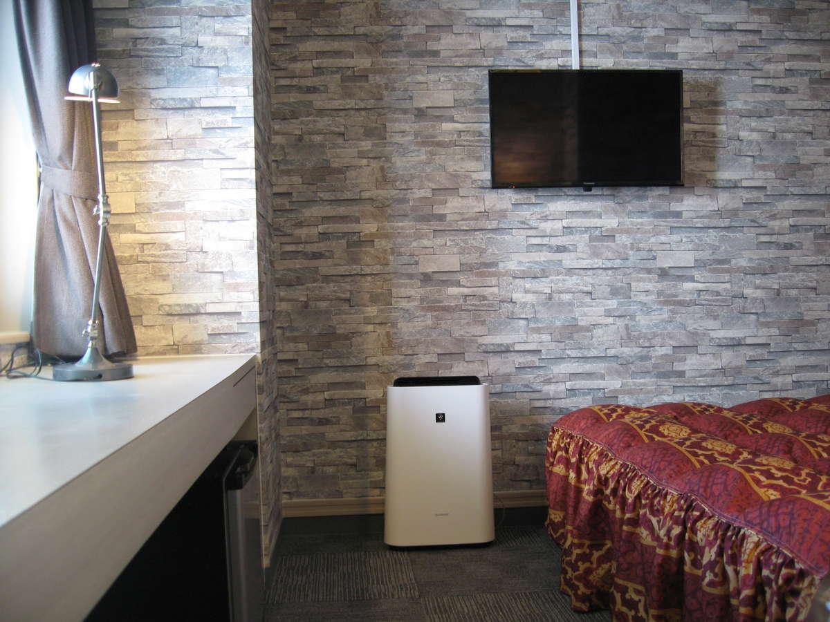 シングルルーム14㎡・WiFi&ワイドデスク・加湿機能付空気清浄機・ミラーリング機能付TV・セミダブルベッド