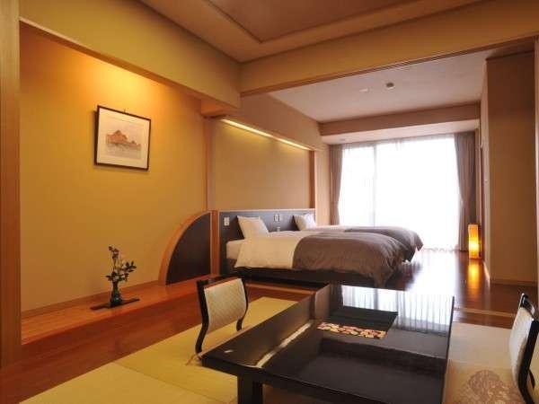 畳のお部屋とシモンズベッドのある洋室。間は襖で区切れます。広めのバルコニーには、かけ流しの檜露天付き
