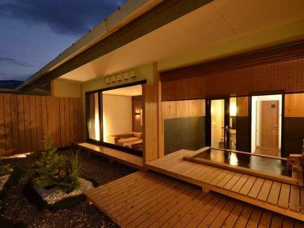 特室・たつみ亭 客室「雪」。シモンズのダブルサイズのベッドが2台と12.5畳の本格和室、檜露天付