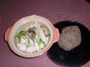 """田沢湖の郷土鍋 """"山の芋鍋"""" 隣のごろっとしたのが山の芋"""