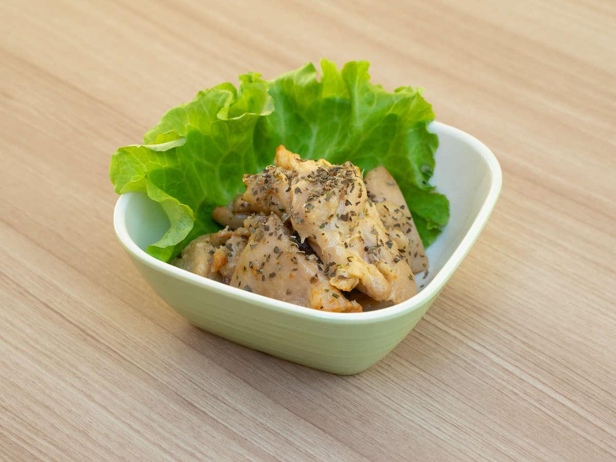 【ハーブチキン】バジルなどの10種類の香辛料を使った香りや味、彩り良い肉料理です。