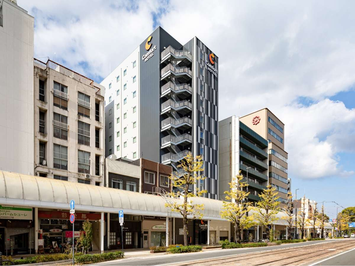 ホテル前はアーケードがあり駅の松山市駅近くまで雨に濡れずに歩けます