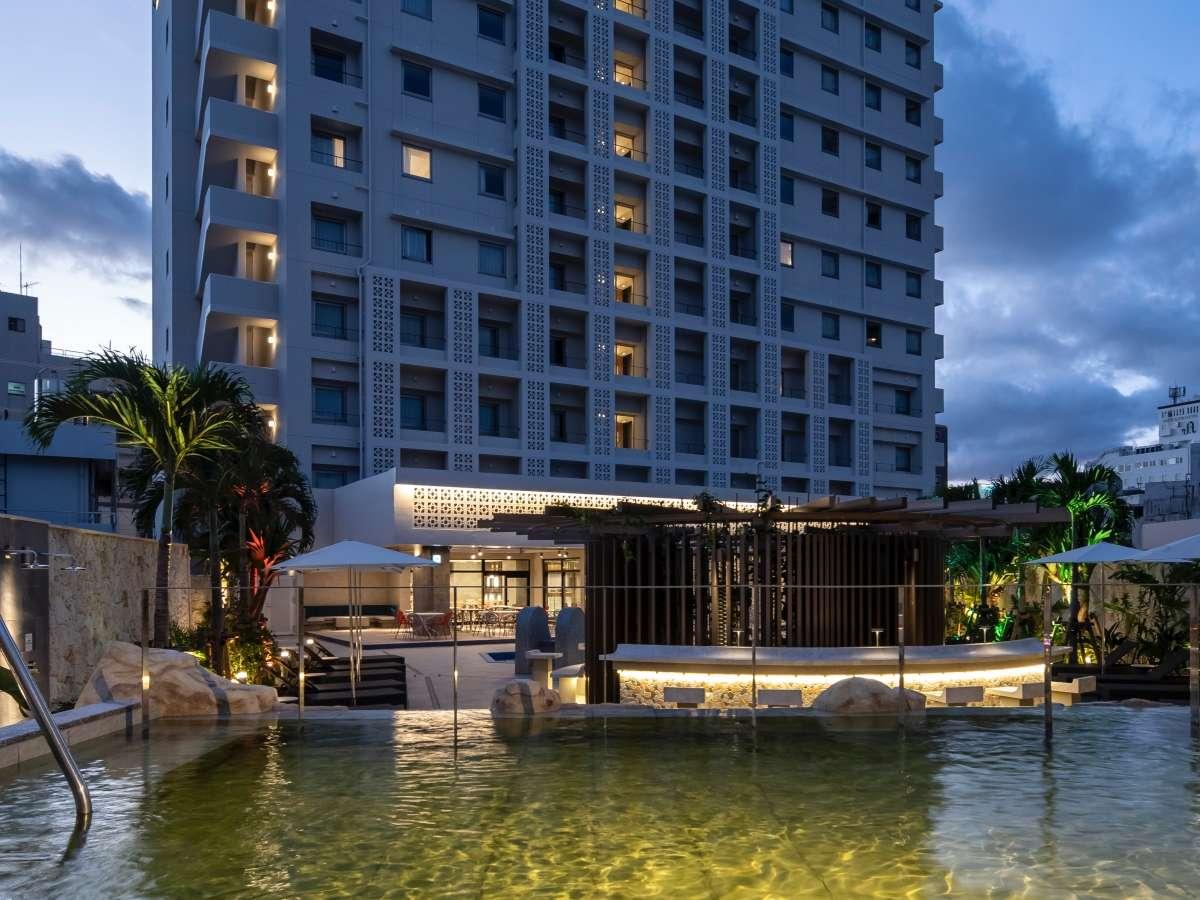 気分はまるで海外のリゾートホテル♪水着で入る屋外天然温泉とプールが楽しめます。