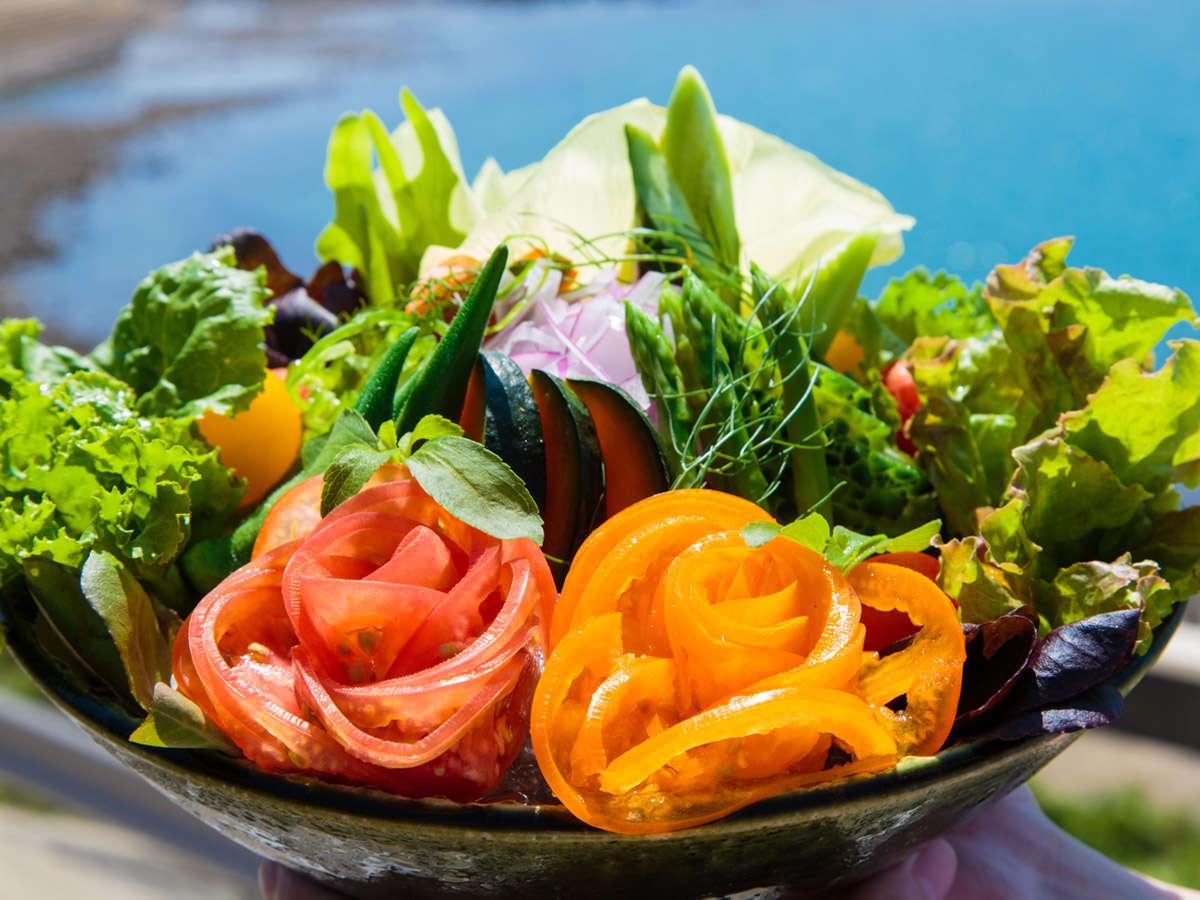朝食名物の朝採りサラダ まるでお花のように活けられています。もちろん全部食べれますよ♪