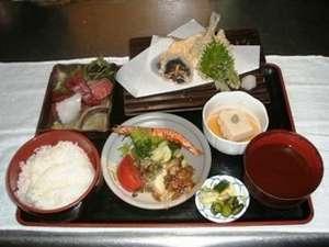 *お夕食一例。館内の「居酒屋さかもと」にて、新鮮な海鮮料理などボリューミーな品々をお楽しみください!
