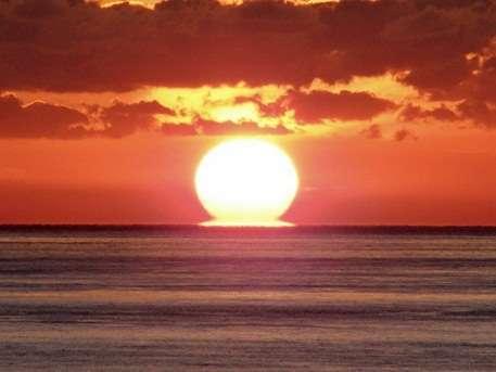冬季はベランダ・お部屋から夕日がご覧頂けます。条件が揃えばお写真のようなだるま夕日になります。