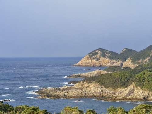 当館より西、鵜の岬・臼碆 (うすばえ)方面の眺望です。釣り場としても有名です。