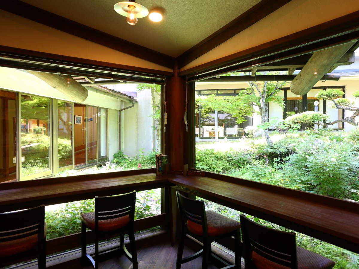 【駒の湯文庫】中庭を眺めながらのんびり