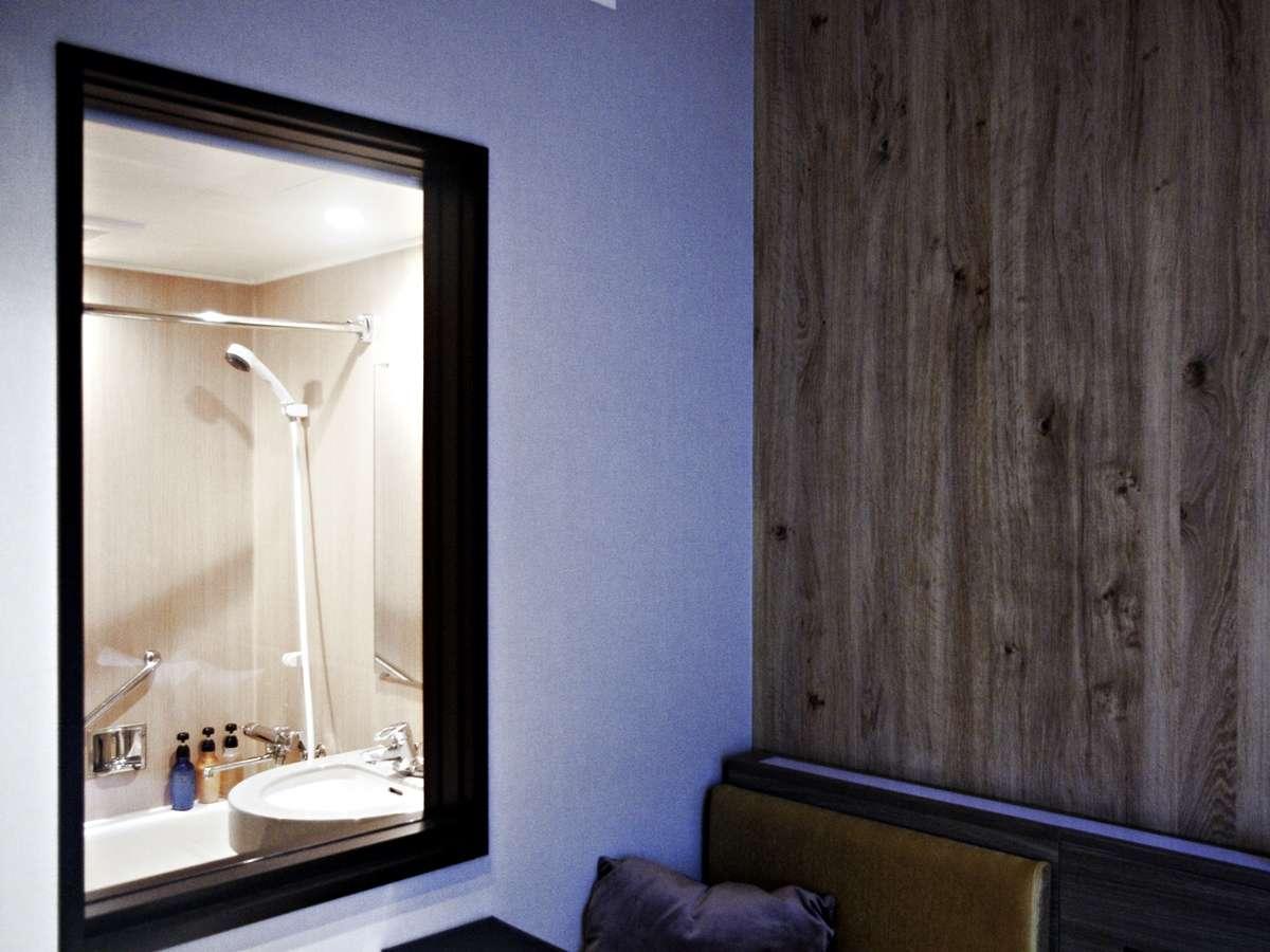 客室との一体感を叶える設え。バスルームの窓には、ロールスクリーンがあるため、お好みのスタイルでどうぞ
