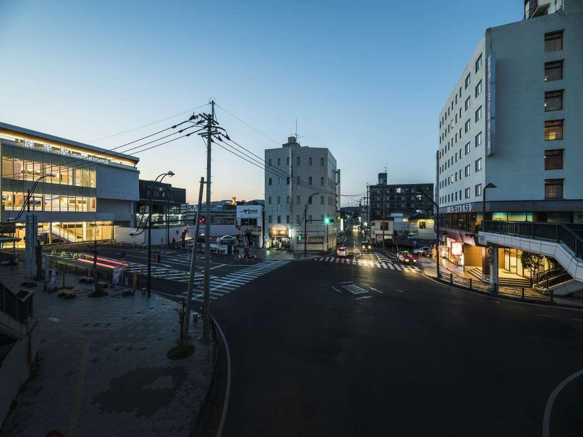 ホテル(右側)と諫早駅(左側)、諫早駅東口の目の前です!!