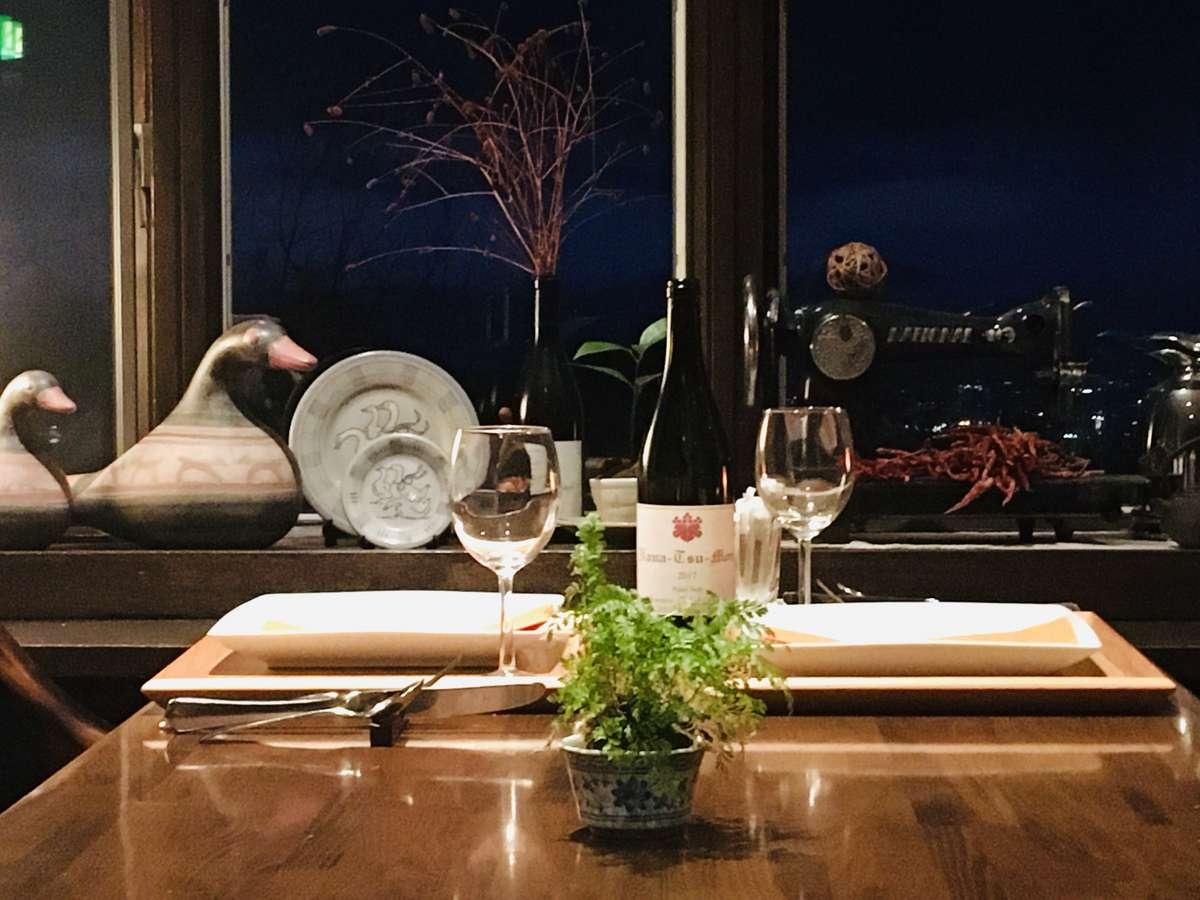 落ち着いた雰囲気でワインを楽しむ。