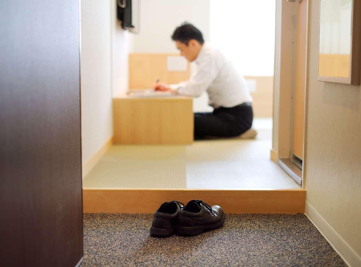靴を脱いで床に座っておくつろぎいただけます。