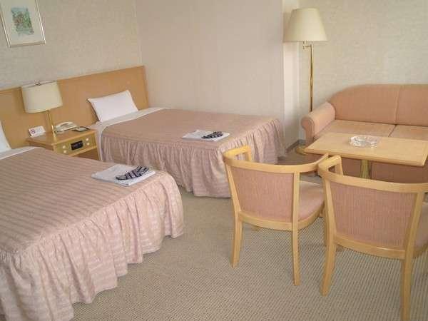 ツイン特別室(29㎡)はゆったりとしたソファが特徴。3名利用時にはベットになります。