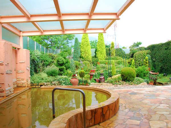 【天然温泉みのり乃湯(本館)】なでしこ自慢のガーデンを眺めながら入浴できる露天風呂。