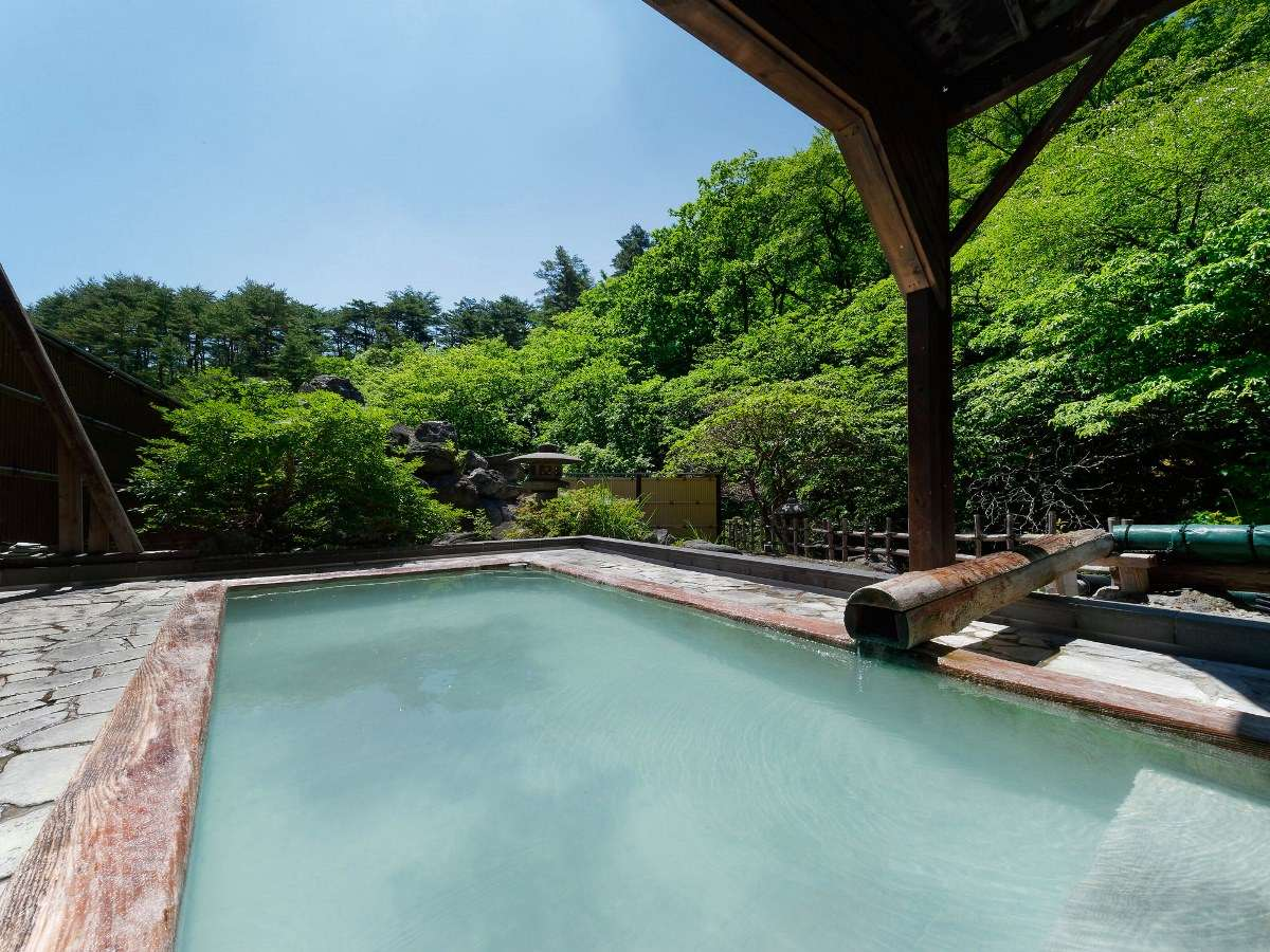 女性専用露天「瀬音」川のせせらぎを間近に聞きながら、野天風呂ならではの解放感。