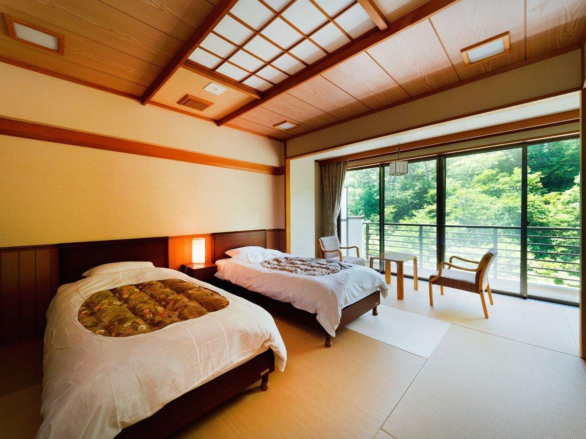 和ツインの一例。ベッド2台を配置した和風のお部屋。