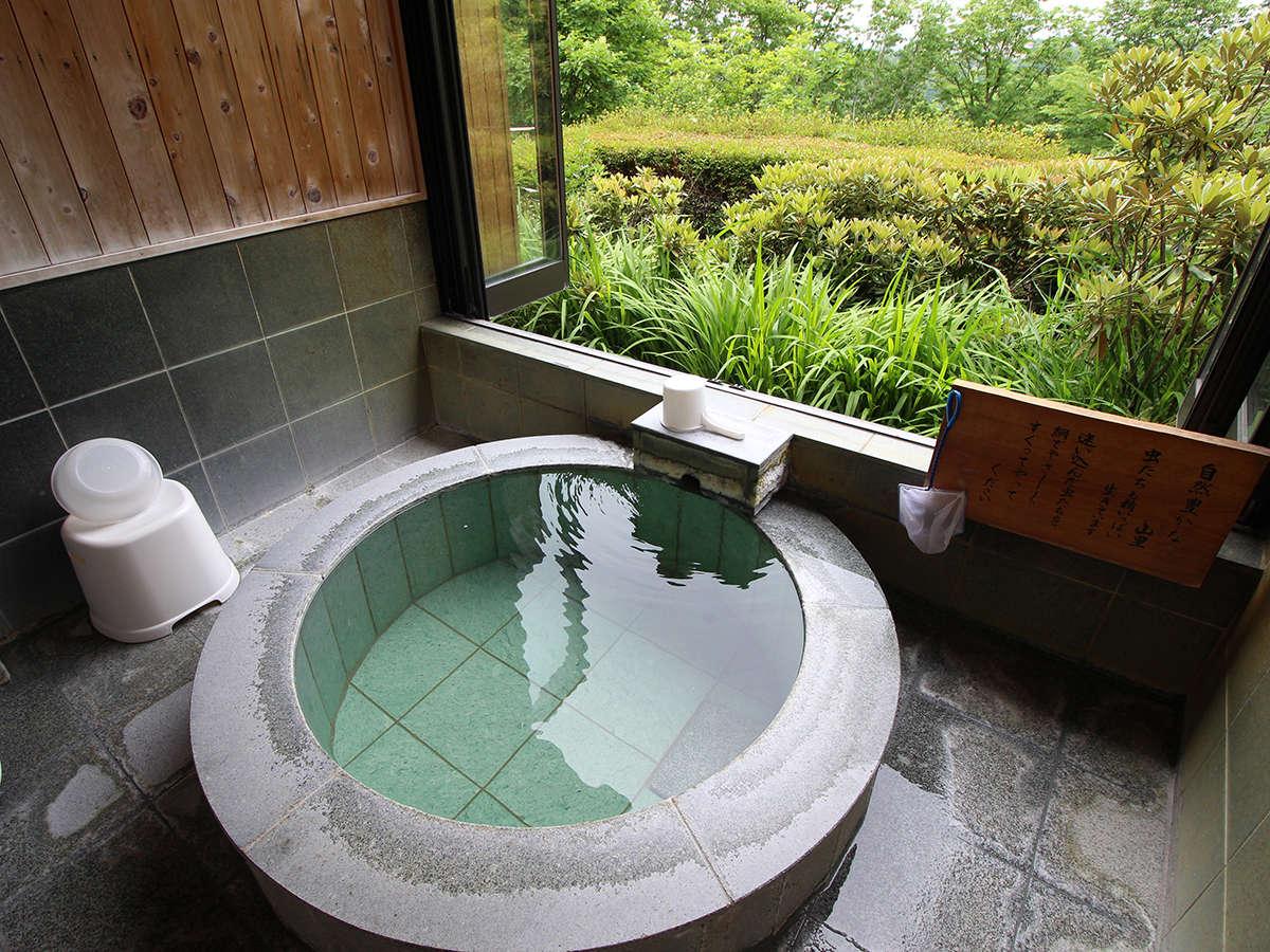 *貸切風呂/大きく開いた窓の外には大自然が広がり半露天気分が楽しめます。