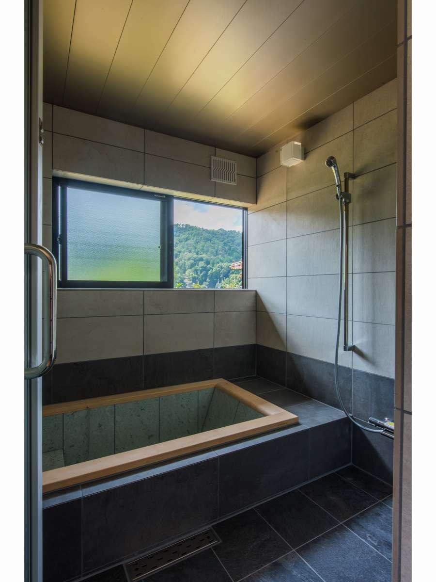 お風呂(2)/青森県の十和田石と檜で出来た浴槽は、多くの五つ星ホテルが導入しているものと同じものです