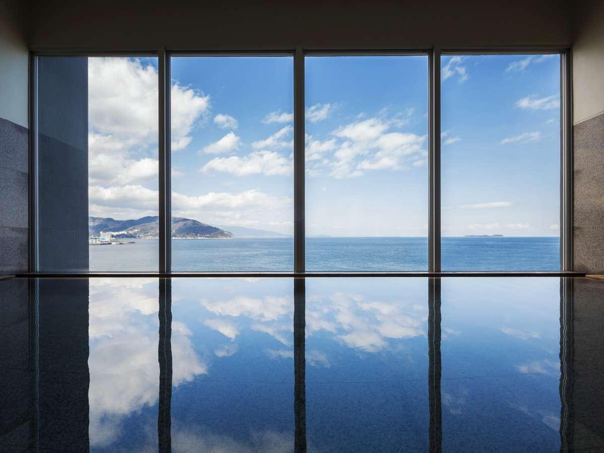 【内風呂】雲の動きや海を行きかう船を眺めながら時間を忘れる湯浴みを