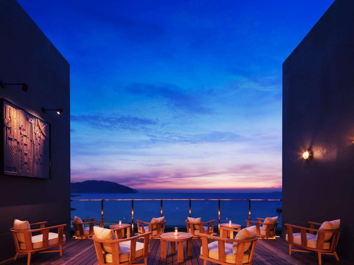 【サンブエナデッキ】湯上がりに絶景の海を望む開放的な空間