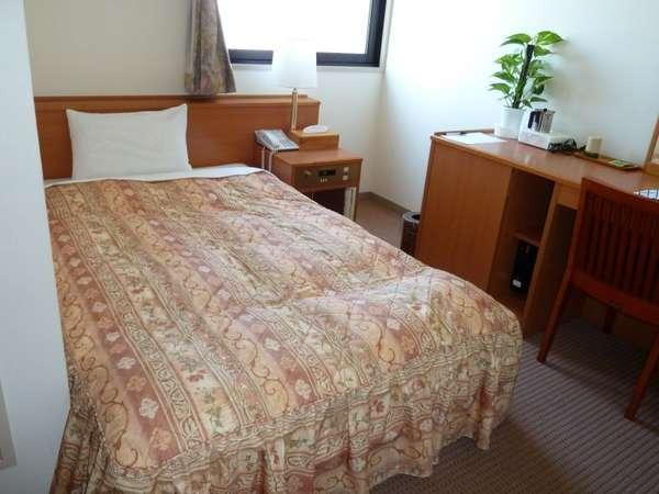 セミダブルベッドを使用し、広々としたシングルルーム