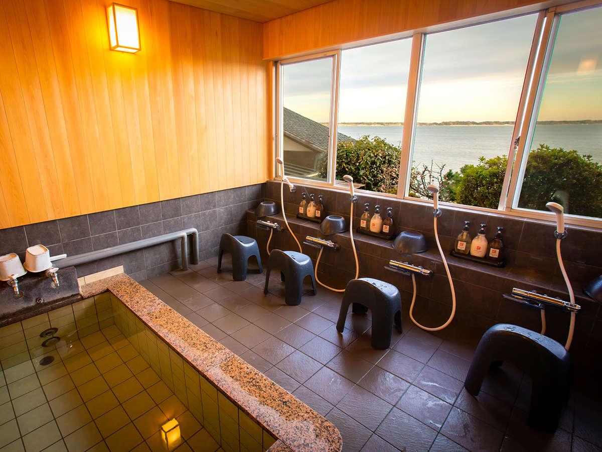 神秘の薬石麦飯石のお風呂を貸切でご利用いただけます。浜名湖一望を檜の香りとお楽しみください。
