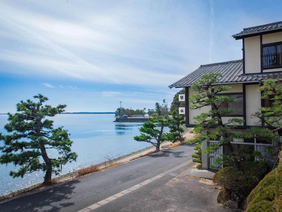当館の目の前には浜名湖が広がっております。全てのお部屋から景色をお楽しみいただけます。