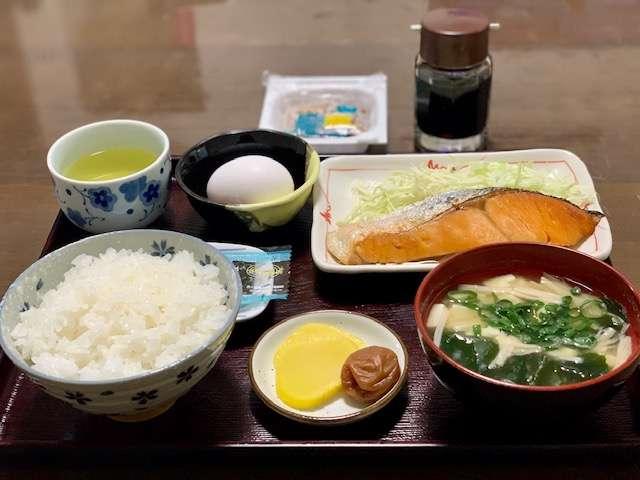 おかあさんが漬けた梅干し、焼きたての魚、具沢山のお味噌汁♪ご飯とお味噌汁はお替り自由です。