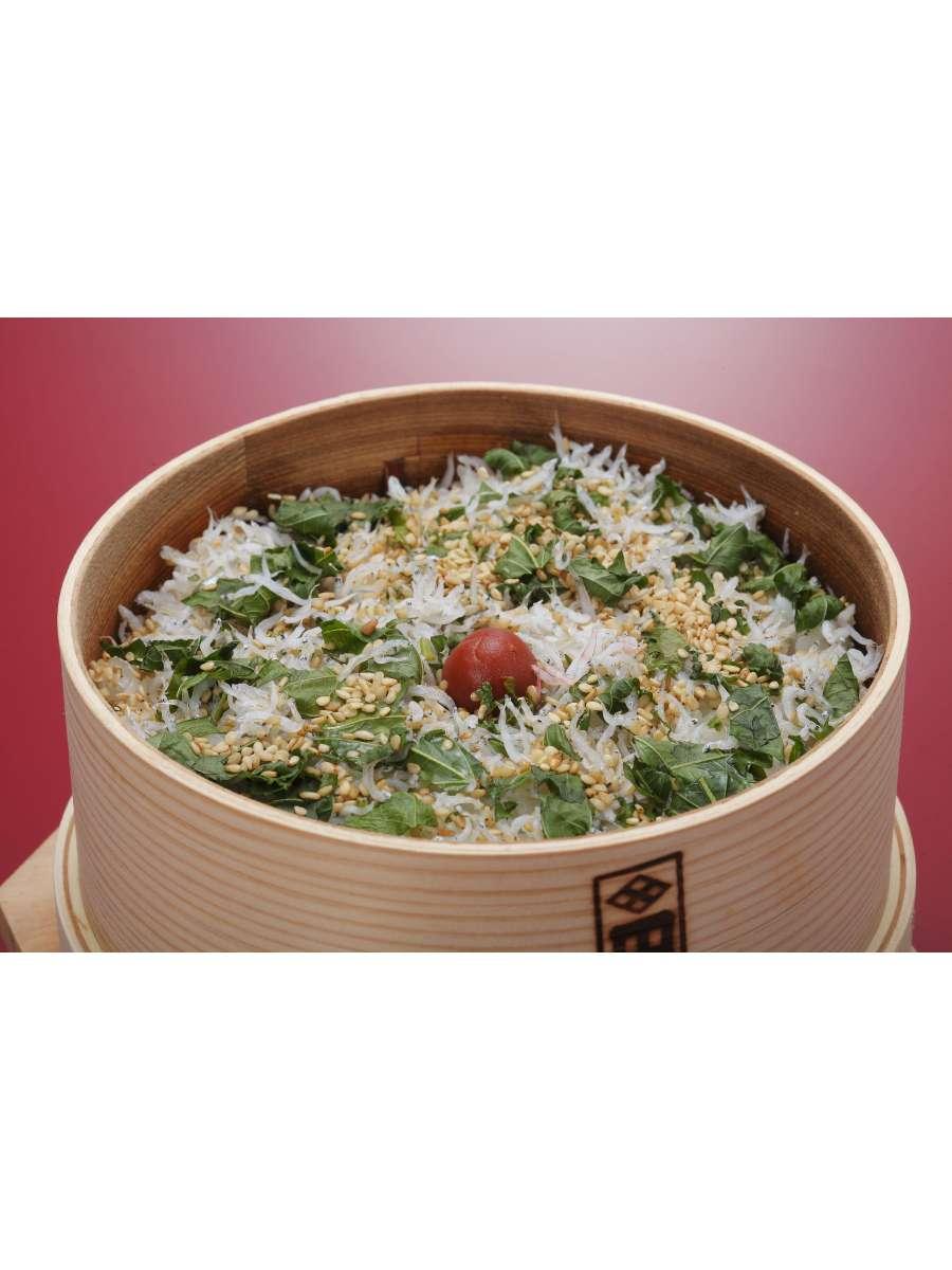当館で一番人気のあるしらすめっぱ飯。大葉とごまがたっぷりかかっております。