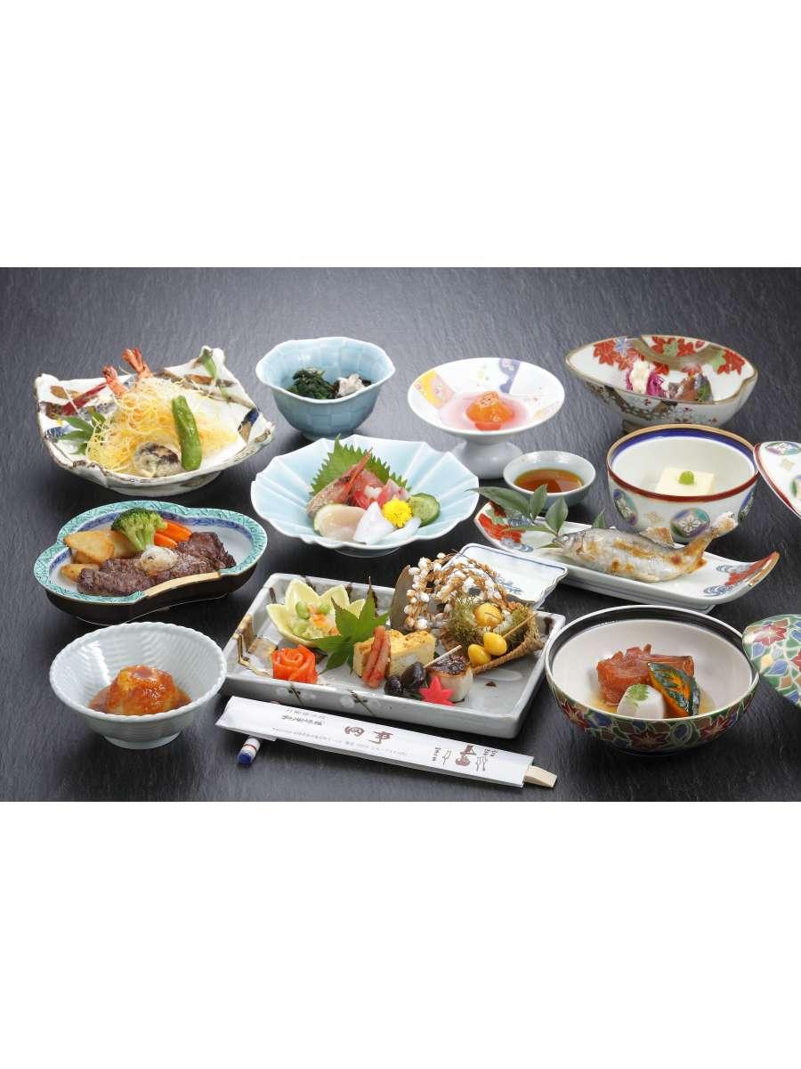 夕食膳。四季折々の食材を使った郷土料理です。