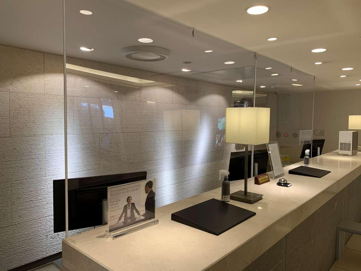 フロントカウンターでは、新型コロナウイルス感染拡大防止策としてアクリル板の設置をしております。