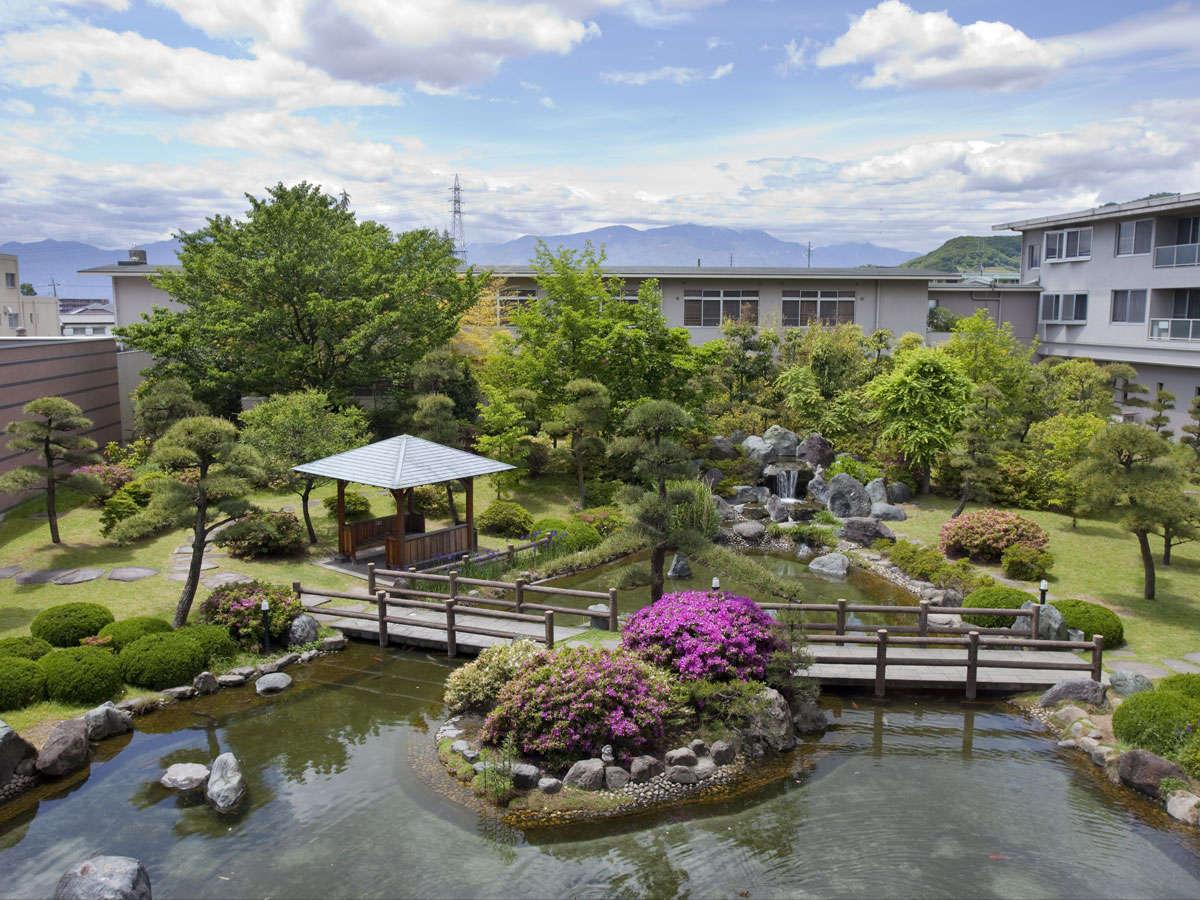 *【中庭】池、橋、東屋、滝、季節の花…四季を通して楽しませてくれる当館自慢の庭園です