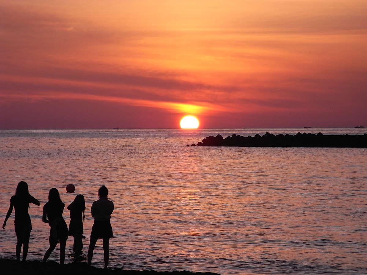 宿の目の前に沈む夕日。これを見に来るだけでも価値があります。海までなんと徒歩0分!