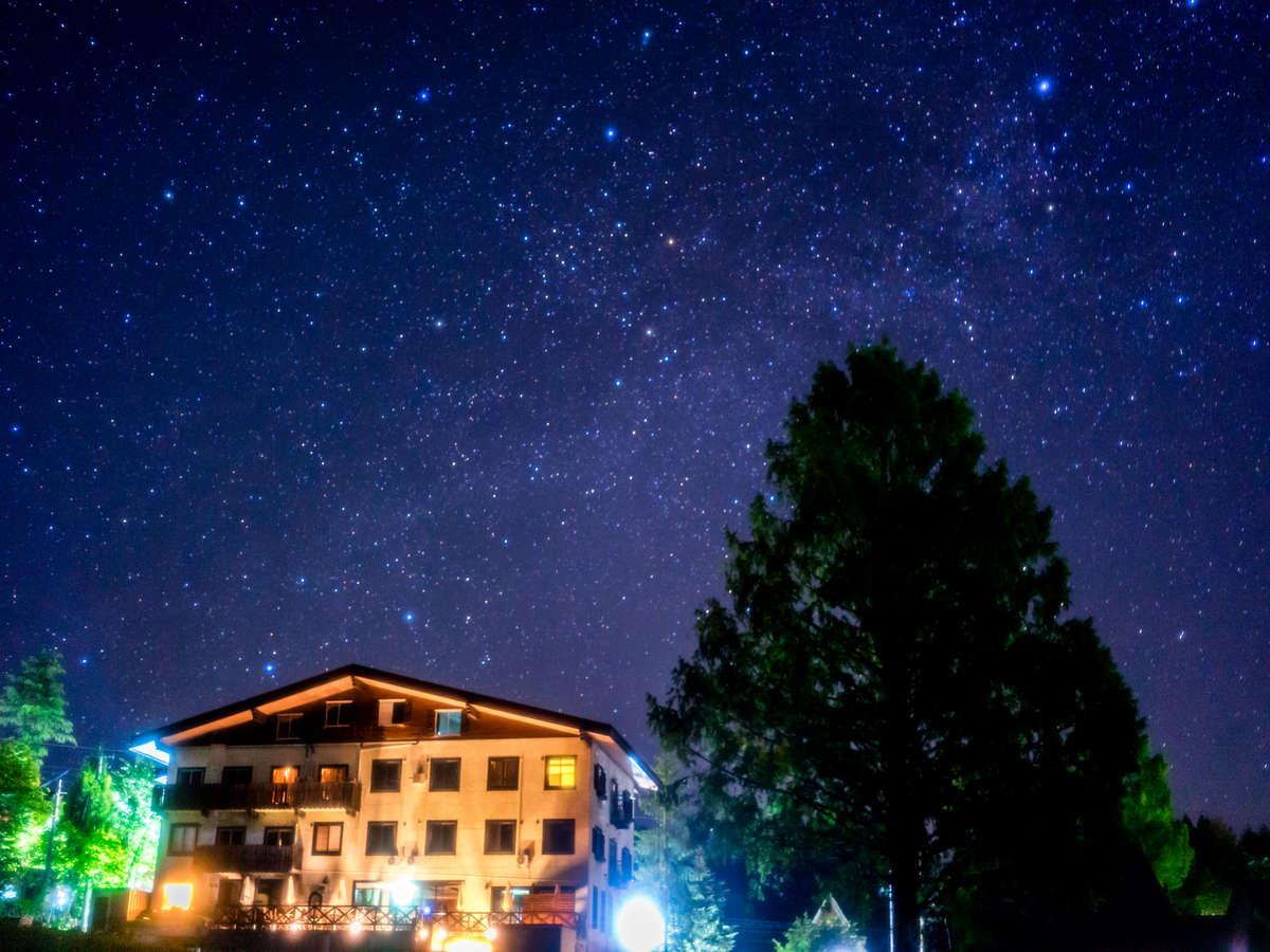 晴れた夜空に佇む当館。夏から秋にかけては天体観測に最適な季節。大切な人と思い出に残る高原の旅を。