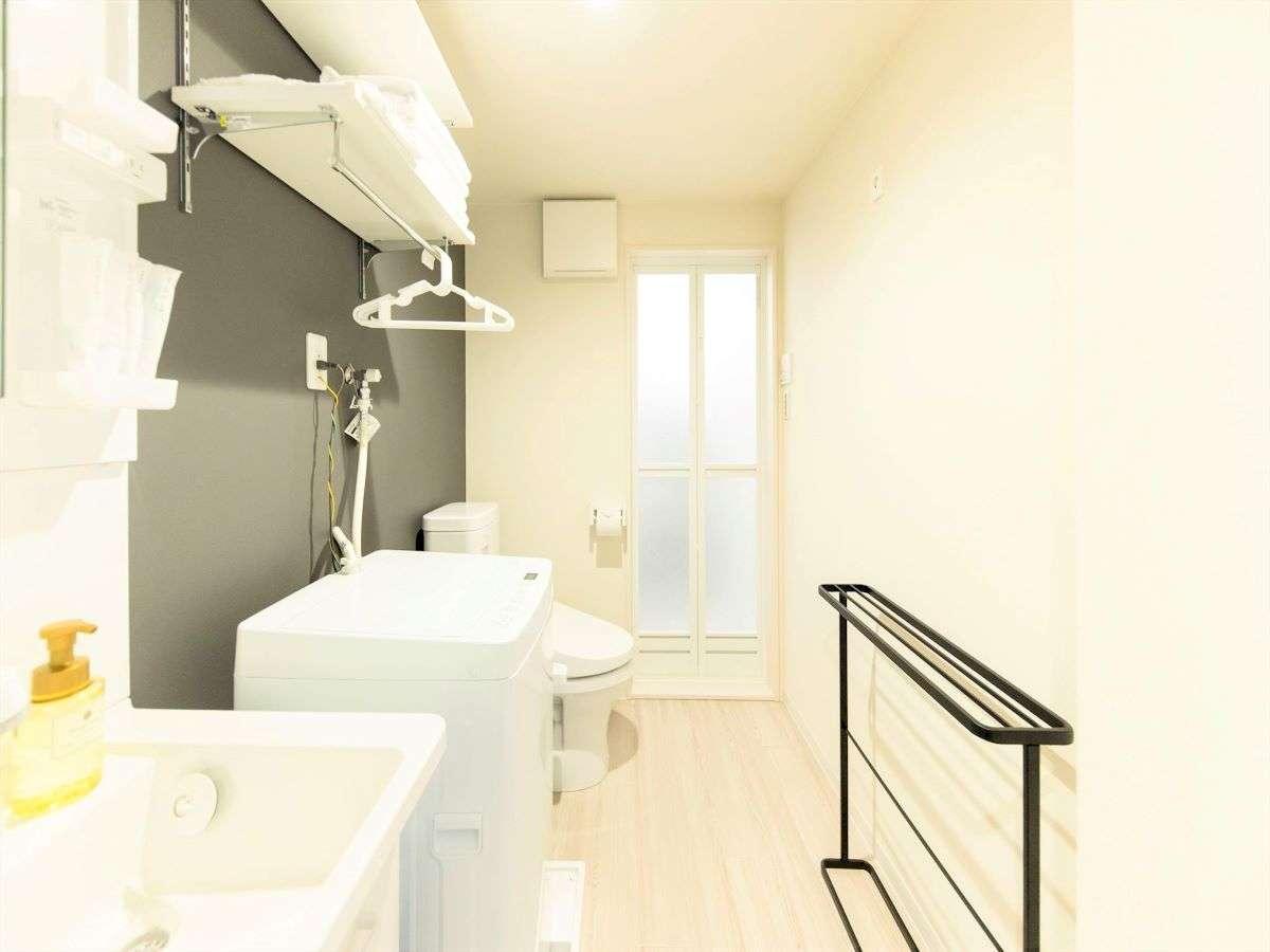 洗面台、洗濯機、トイレ、浴室暖房乾燥機・バスタブ付きのバスルームがございます。