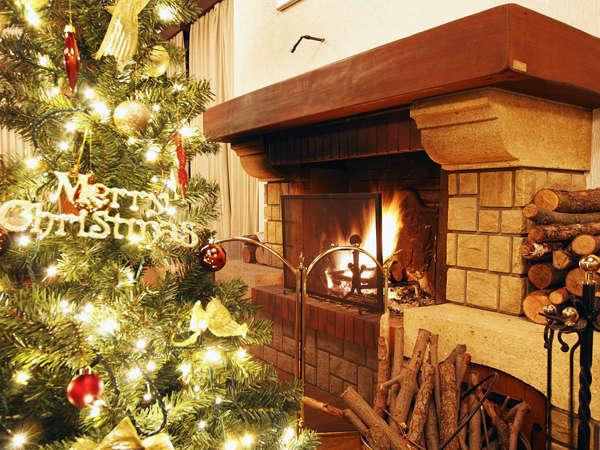 冬のロビーでは暖炉のゆらめく炎をお楽しみ頂けます
