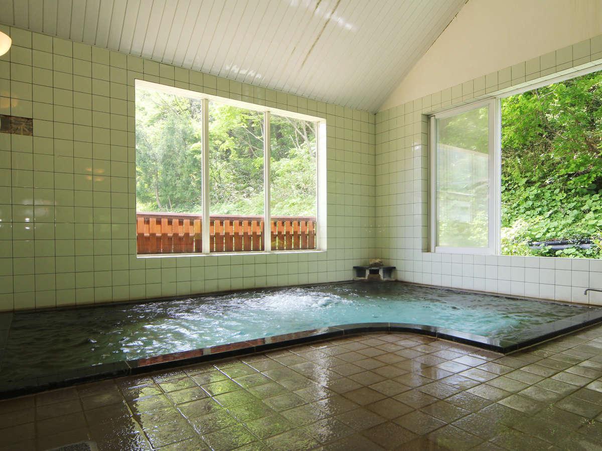 【温泉】自然に囲まれ、四季折々の景色を楽しめる大浴場でのんびりとお寛ぎください。