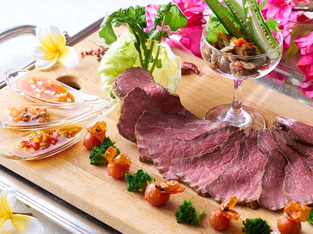 【★2021夏の料理フェア★】ローストビーフ(US牛リブロース肉)3種のソースとガロニを添えて※イメージ